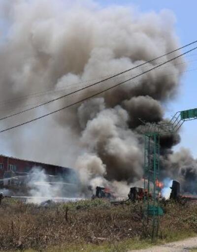 Karganın çıkardığı öne sürülen yangında hurda tekneler yandı