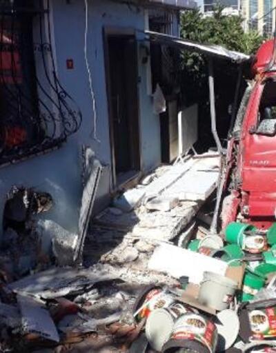 Küçükçekmece'de turşu yüklü TIR eve çarptı,kilolarca turşu yola saçıldı
