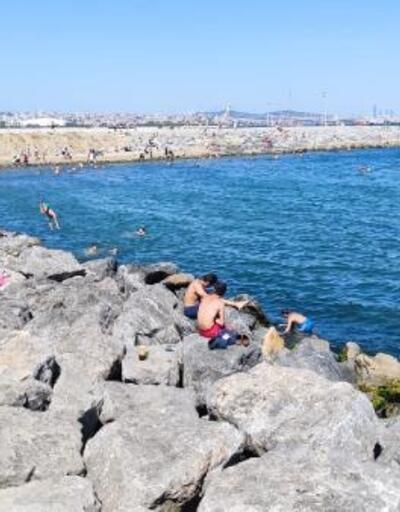Sıcaktan bunalan İstanbullular sahil kenarlarına akın etti