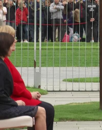 Merkel titreme nöbetine karşı yine oturdu