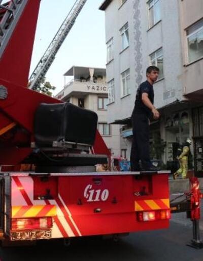 Ataşehir'de çatı yangını; mahalleli sokağa döküldü