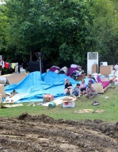 Selden kurtardıkları eşyalarla evlerinin bahçesinde yaşıyorlar