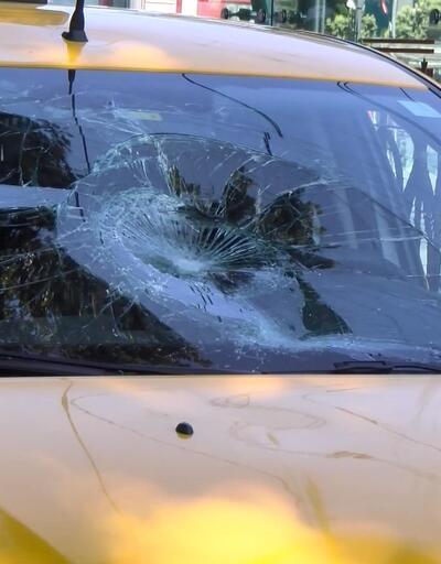 Zabıtalardan kaçan seyyar satıcıya otomobil çarptı