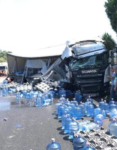 Kazada TIR'daki damacanalar yola savruldu