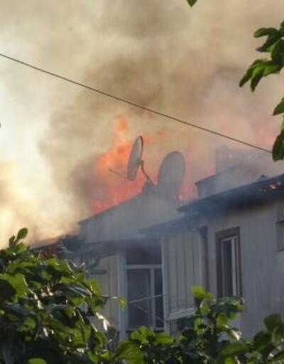 İzolasyon malzemeleri tutuştu, 3 bloğun çatısı yandı