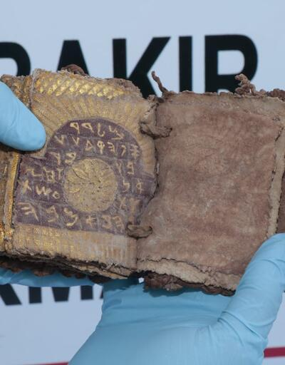 Roma dönemine ait altın yazmalı kitap ele geçirildi