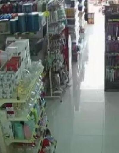 6 büyüklüğündeki deprem anında raftaki ürünler dökülmüş