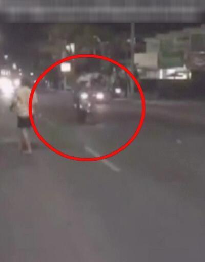 Alkollü turist motorcuya tekme attı