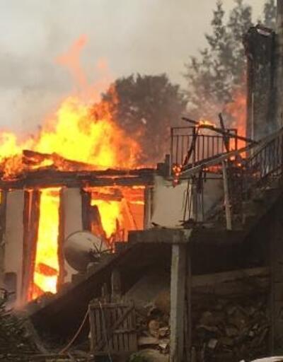 Rize'de, dar yolda itfaiye ulaşamadı, 3 katlı ev kül oldu