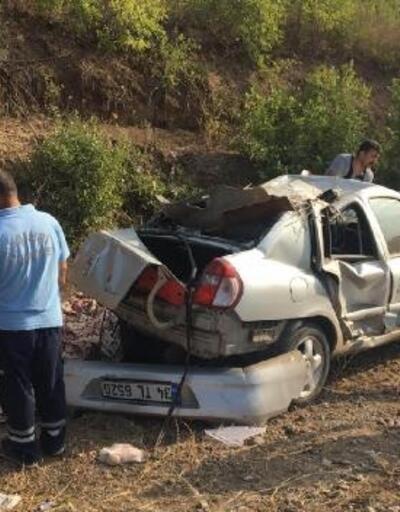 Bariyerlere veistinat duvarına çarpanotomobil devrildi; sürücü ile eşi öldü