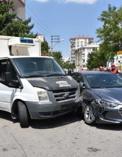 Sivas'ta, otomobil kamyonetle çarpıştı: 4 yaralı