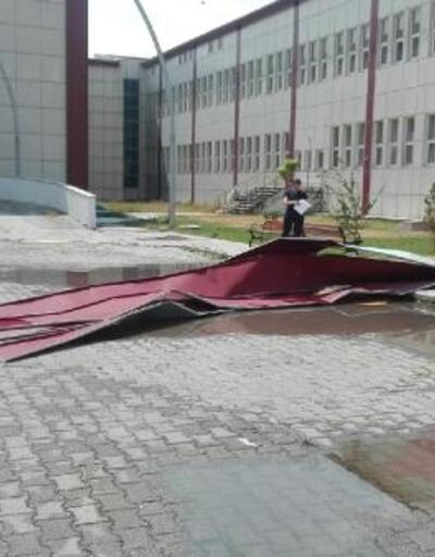 Kars'ta fırtına, çatıları uçurdu
