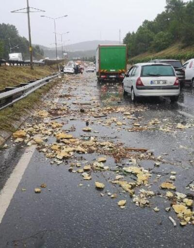 Şile yolu'nda dere taştı bir araç mahsur kaldı