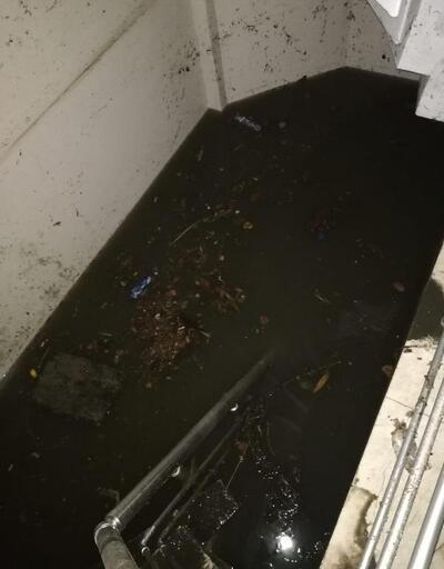 Otoparkta araçlar mahsur kaldı
