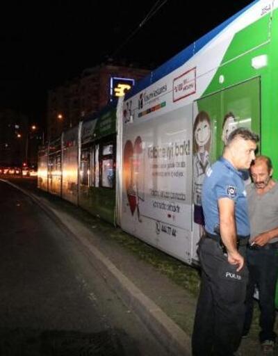 Tramvayın çarptığı yaya yaralandı