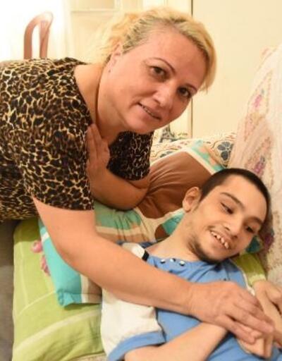 Yatağa bağımlı oğluyla yaşam mücadelesi veriyor
