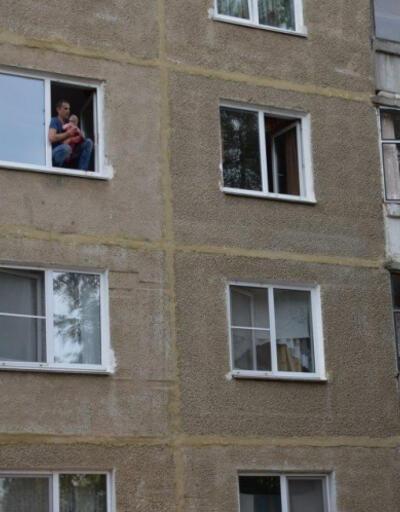 Yürekler ağızlara geldi: Babası camdan aşağı böyle atmaya çalıştı