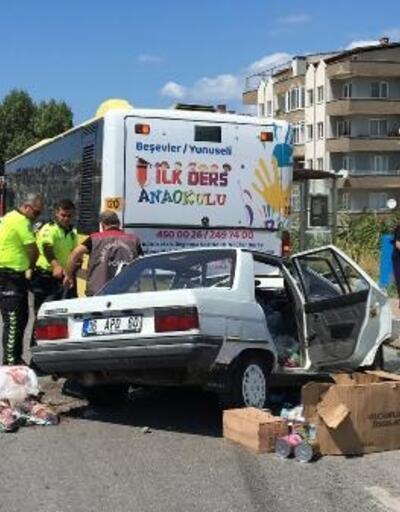 Otomobil, yolcu indiren otobüse çarptı: 1 ölü