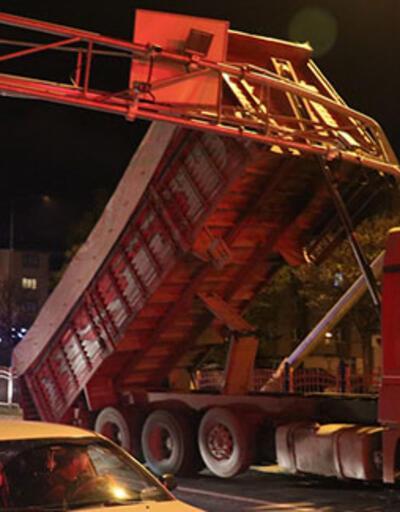 Damperi açılan kamyon kameraların bulunduğu direğe çarptı