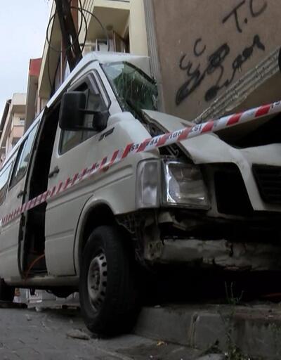 Kağıthane'de minibüs evin duvarına çarptı
