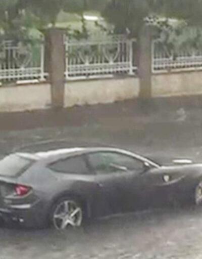 Yer: İstanbul... Milyon liralık Ferrari su birikintisinde böyle mahsur kaldı