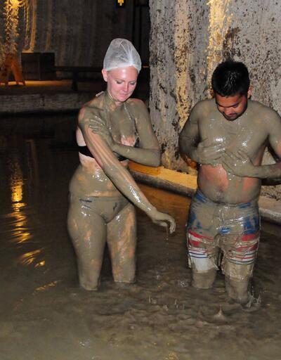 Kapadokya'da yerli ve yabancı turistlerin çamur banyosu keyfi