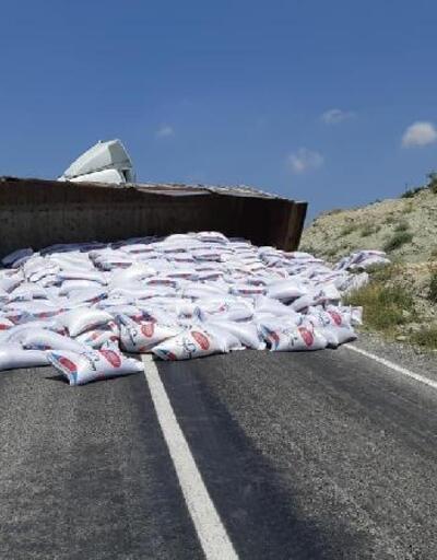 TIR'ın devrildiği kazada yol ulaşıma kapandı