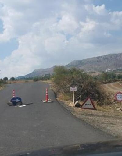 Kayalarla ulaşıma kapattığı köy yoluna 'satılıktır' tabelası astı