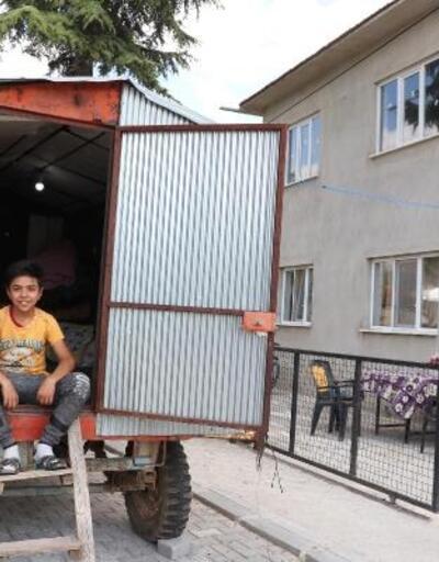 Depremde evi hasar gördü, römorkunu çadıra çevirdi