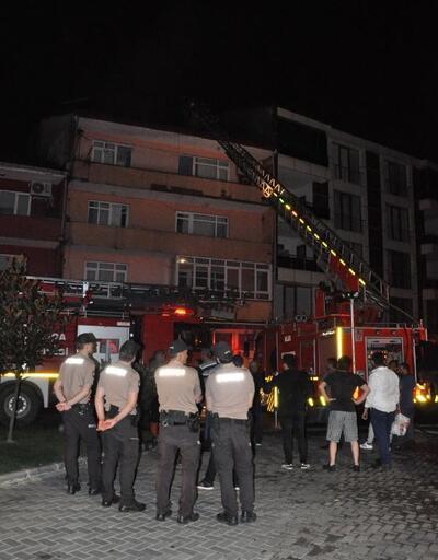 4 katlı binanın çatı katı yandı: 1 kişi dumandan etkilendi