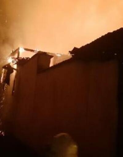 Kırkağaç'ta 3 ev yandı; 1 yaralı