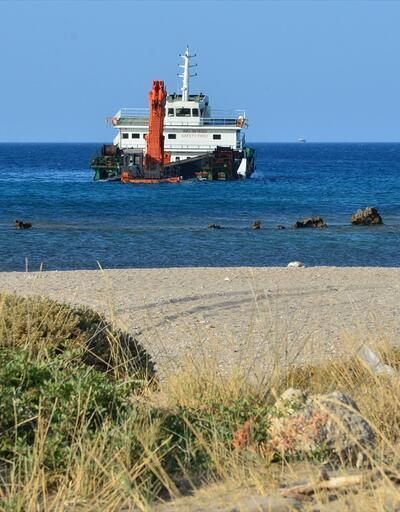 Bozcaada açıklarındaki gemi su almaya başladı