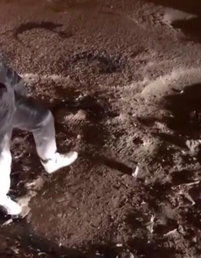 Astronot gibi giyinip bozuk yollara dikkat çekti