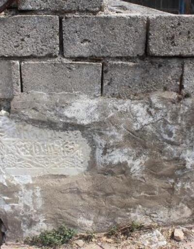 Antik eserler, evlere duvar olmuş