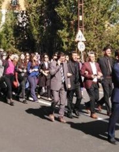 Kars'ta öğretmenlerden bayraklı yürüyüş