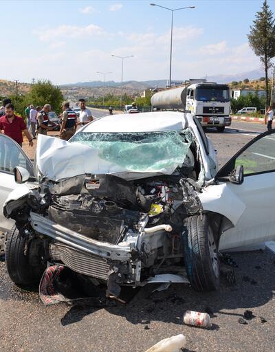 Kamyon ile otomobil çarpıştı: 3 yaralı