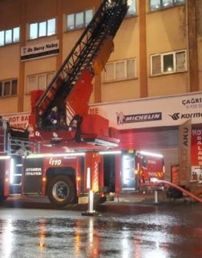 Güngören'de iş merkezinin çatısı alev alev yandı