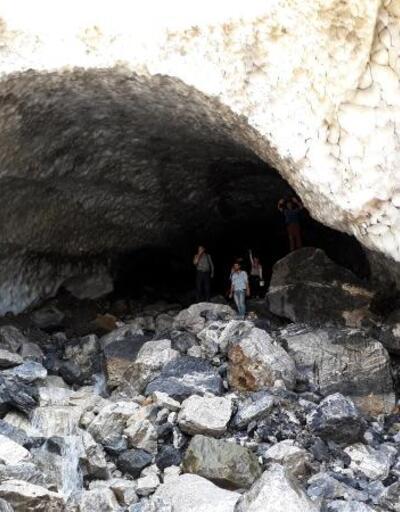 Sason'da görenleri hayrete düşüren kar tüneli