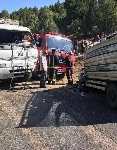 Kamyon ile kamyonet çarpıştı: 1 ölü, 1 yaralı