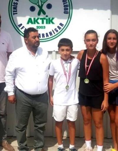 Genç tenisçiler madalya ile döndü