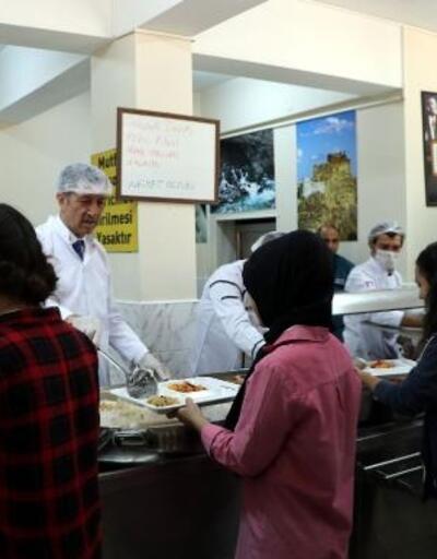 Bakan Selçuk, pilot il seçilen Van'da öğrencilere yemek dağıttı