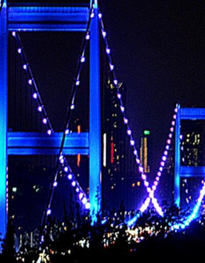 İstanbul'daki köprüler kansere dikkat çekmek için renklendirildi