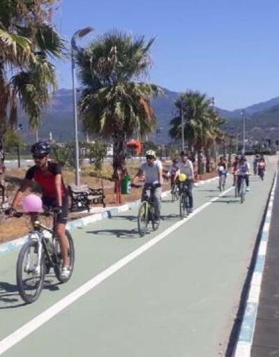 Osmaniye'de süslü kadınlar bisiklet turu düzenlendi