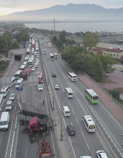 Kocaeli'de makas atan TIR, trafiğe birbirine kattı!