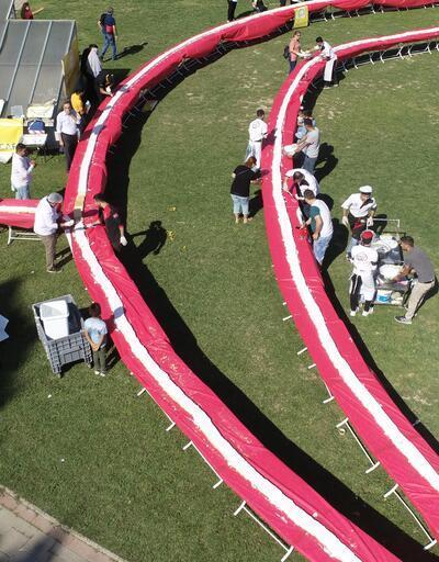 İzmir'de 2 bin 842 metre uzunluğundaki pasta ile rekor kırıldı