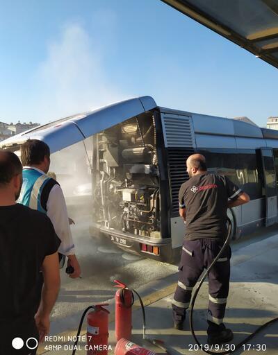 Metrobüste çıkan yangın söndürüldü! Seferler normale döndü