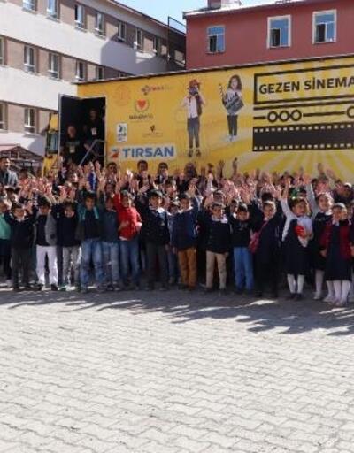 Ağrı Belediyesi çocukları gezen sinema ile buluşturdu