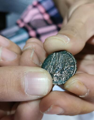 Yolda yürürken tarihi madeni para buldu
