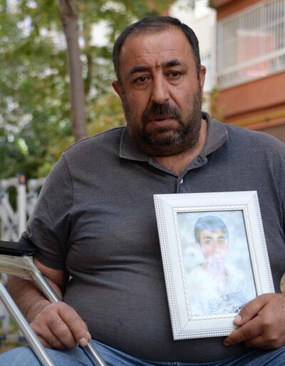 HDP binası önünde oğlunu bekliyor