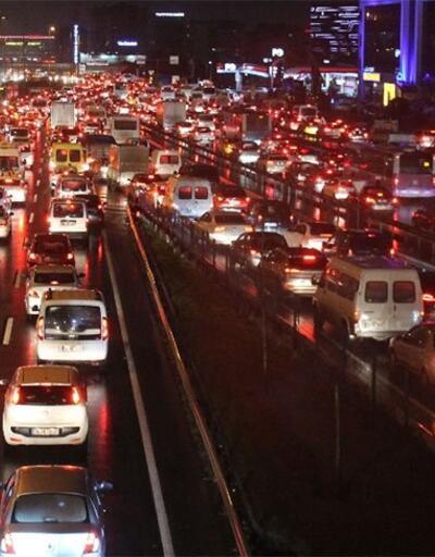 İş çıkışı İstanbul'da yağmur trafiği sürüyor!